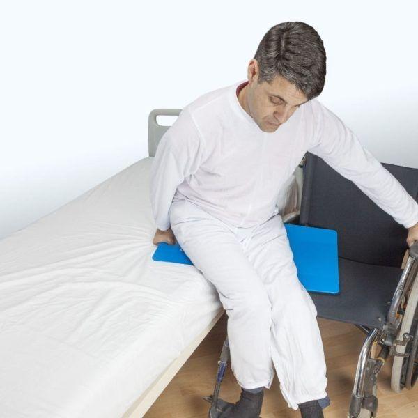 pacjent przesuwa się z łóżka na wózek